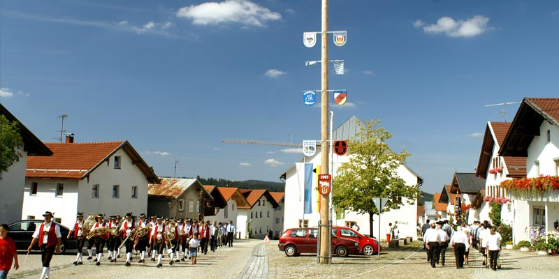 Dorfplatz in Hinterschmiding am Festtag