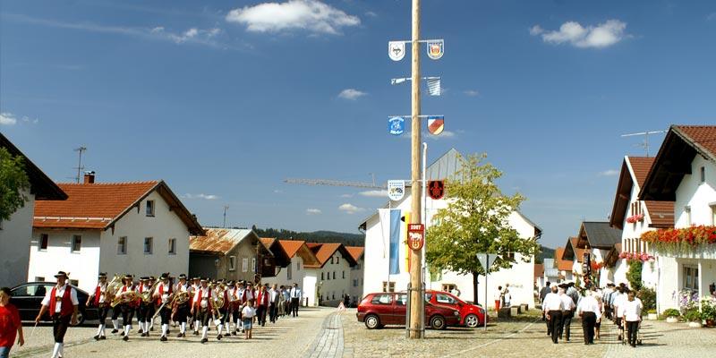 Dorfplatz in Hinterschmiding am Festtag
