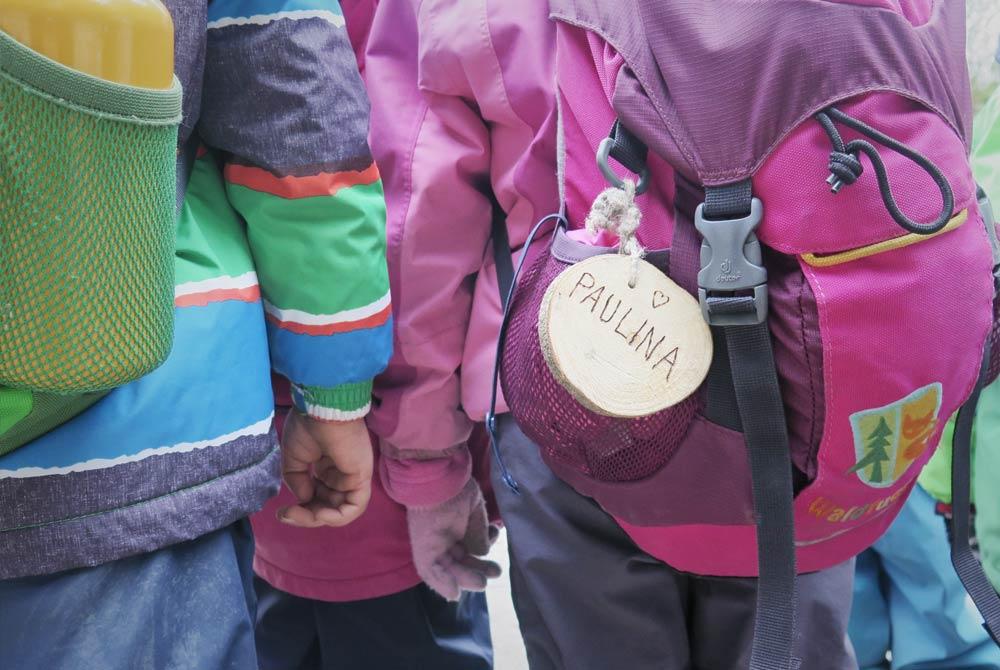Gemeinsam erkunden Kinder den Wald